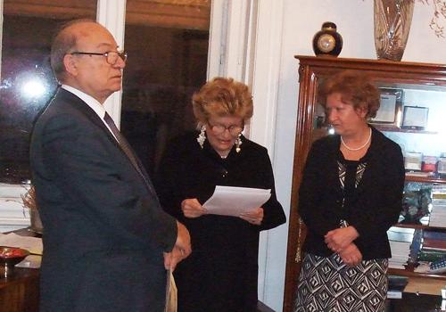 La premiata Loredana Tremul riceve il Premio alla Bontà Hazel Marie Cole.