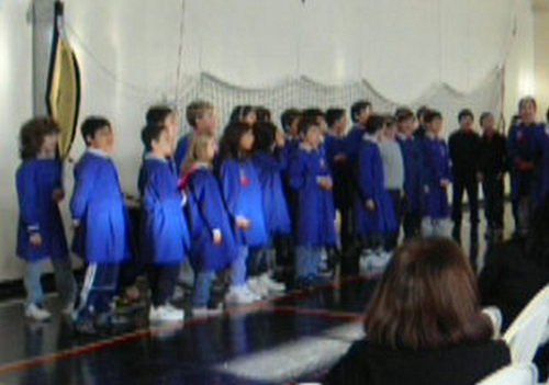 Gli alunni delle classi quinte, insieme a Palma, danno il loro contributo canoro alla festa.
