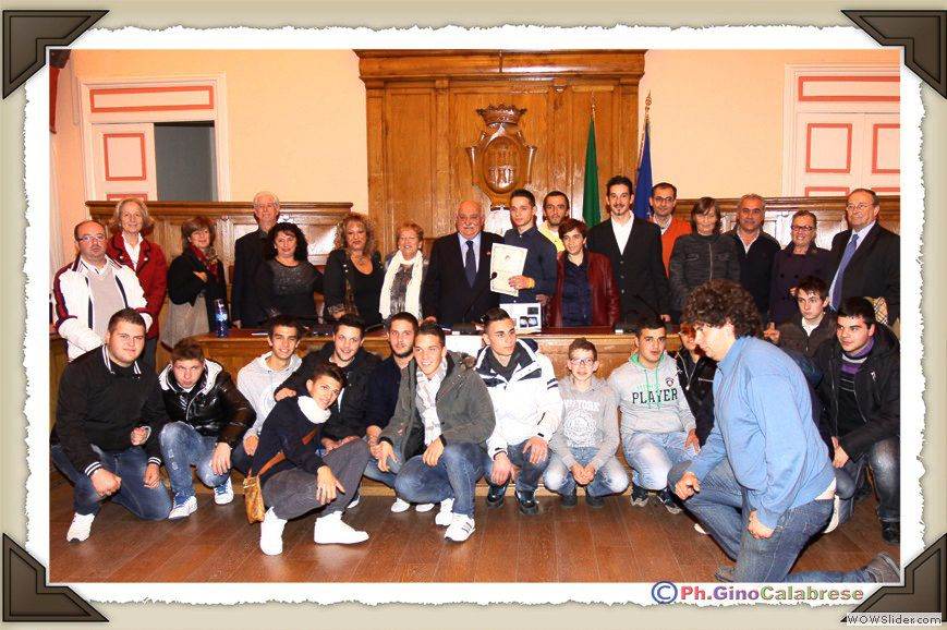 Foto di gruppo a conclusione della bella festa, presenti gli alunni della classe di Bruno, i suoi professori, la madre e le autorità locali.