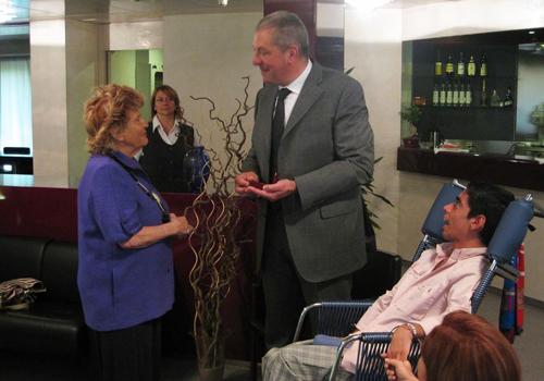 Il dott.Mencattini con la Presidente Carignani e il giovane Danilo Ferrari in un momento della premiazione a Mogliano Veneto.