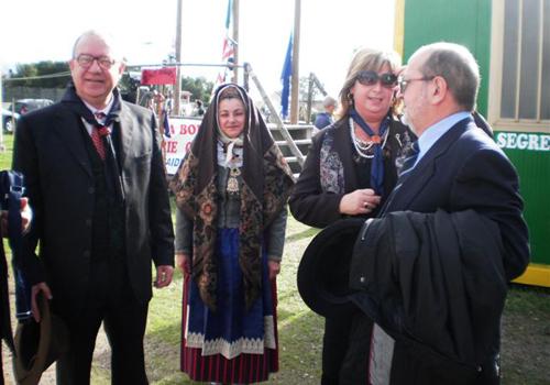 I coniugi Rita e Filippo Podda organizzatori, insieme alla comunità capi scout, della splendida accoglienza ritratti insieme ad una scout in costume tipico locale.