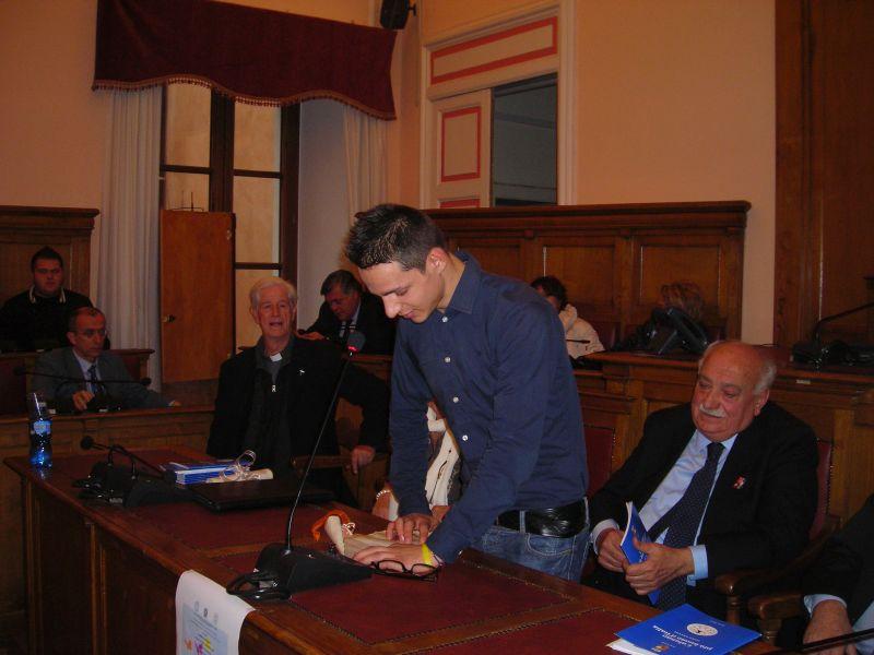 Bruno dedica una sua poesia ad Hazel Marie Cole. Nella foto anche l'assessore Di Giorgio che ha organizzato la bella manifestazione.