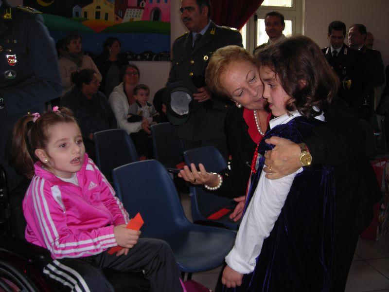 La prof.ssa Pianciamore si intrattiene affettuosamente con Giorgia e la con la piccola Alessia