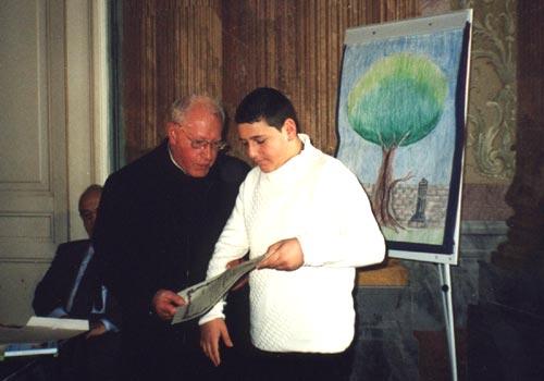 Carmine Sannino riceve il premio dalle mani di Padre Pucci.