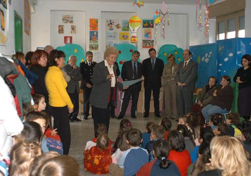 La Sig.ra Santi presenta la premiata alle autorità ed alle scolaresche riunite.