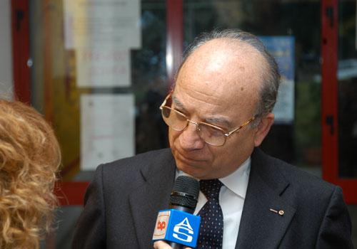 Il Segretario del Premio alla Bontà Hazel Marie Cole, dott. Pianciamore, intervistato dalla TV locale.