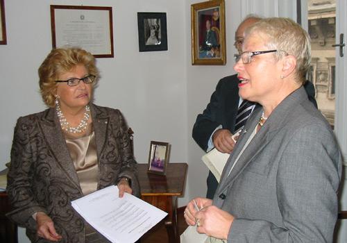 Premiazione della sig.ra Tominz. Ritira il premio la sig.ra Nadia Bossi, Presidente dell'AVO