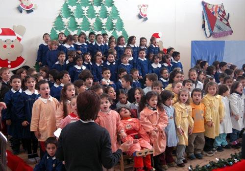 Il coro della scuola canta per Daniele.