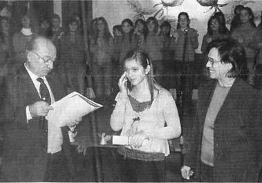 Simona Ginex riceve il premio dalle  mani del dott. Pianciamore