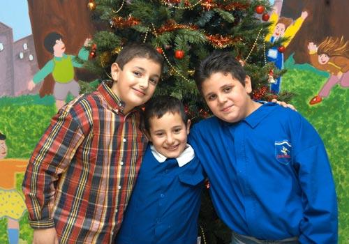 Daniele insieme a due compagni di scuola.