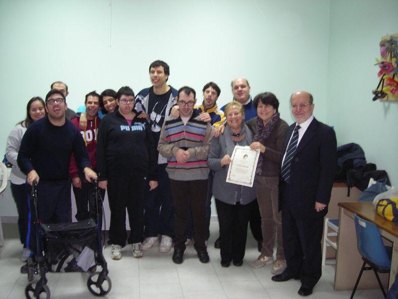 Foto di gruppo insieme ai ragazzi dell'associazione.