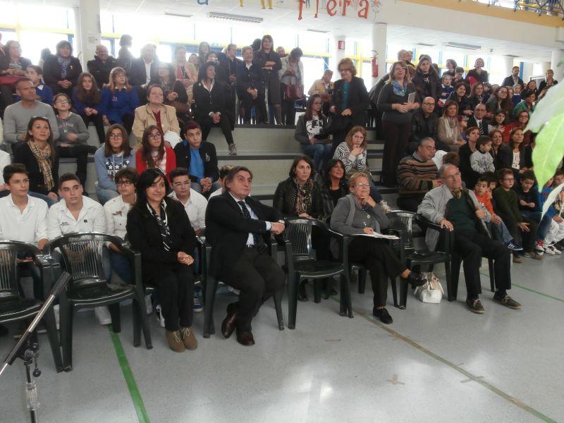 la bella festa nella grande sala-teatro della scuola