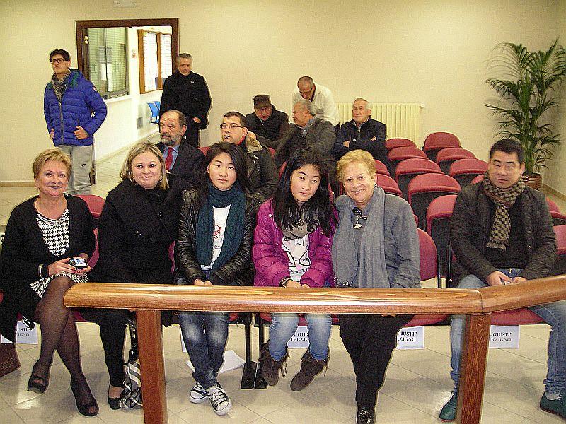 Le professoresse Carla Porpora e Silvana Casillo insieme ad Angela e Lucia, la professoressa Pianciamore e il padre delle ragazze.