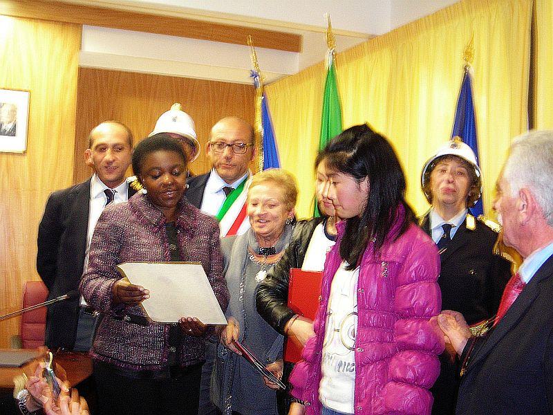 il Ministro Cecile Chienghe, insieme alla professoressa Pianciamore, legge la motivazione del premio alle due ragazze
