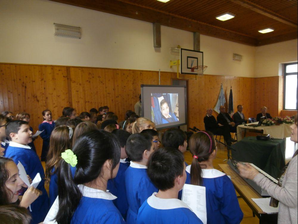 Canti e visione di atti di bontà e di musica corale durante la cerimonia a Casamassima (Bari)