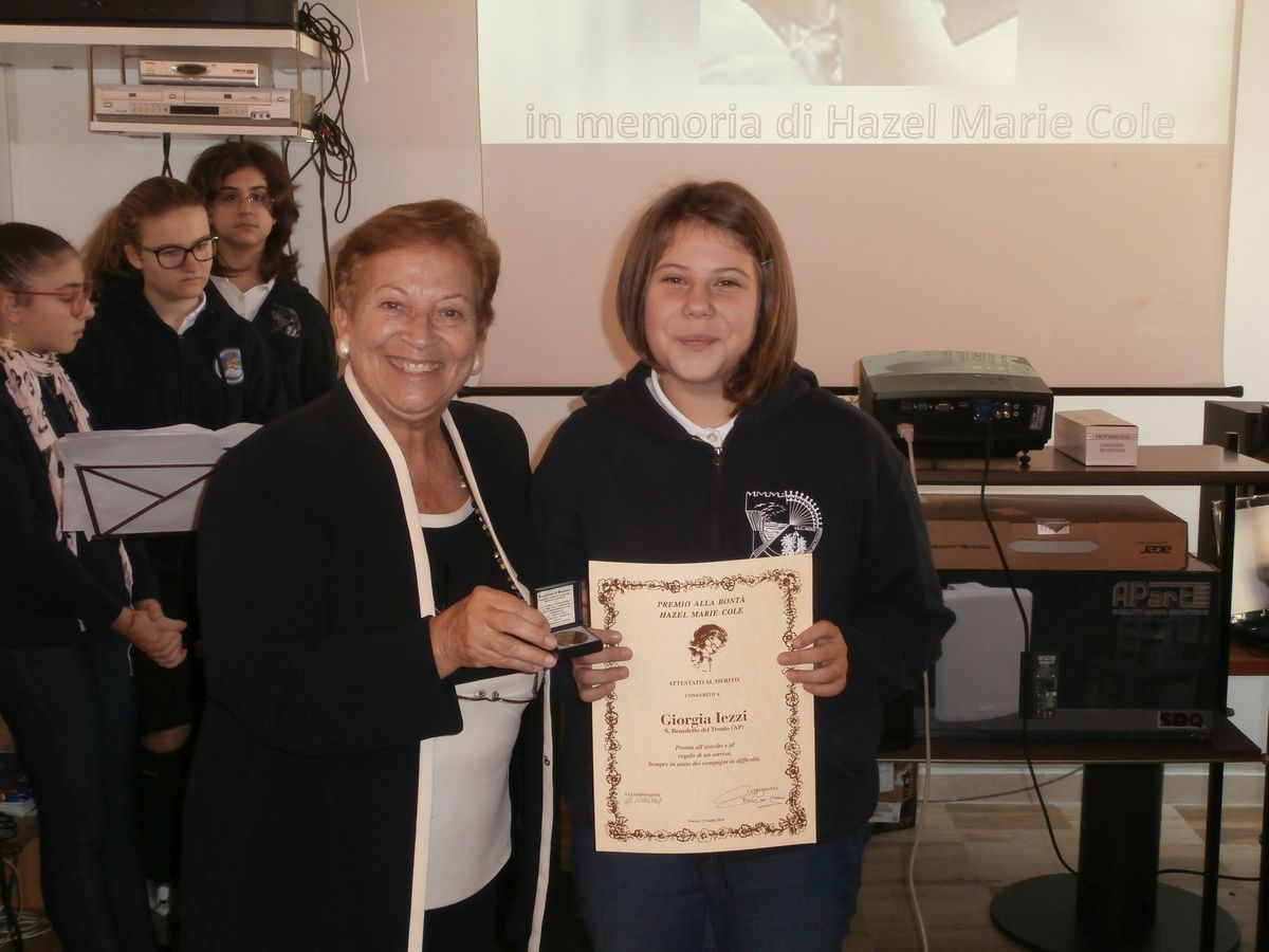 la prof Gilda Pianciamore consegna i premi a Giorgia Iezzi