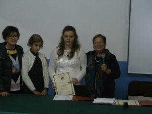 in un clima affettuoso tra i compagni in festa ecco la premiazione di Vanessa accompagnata dall'amica del cuore Emma e dalla prof. Guarrasi