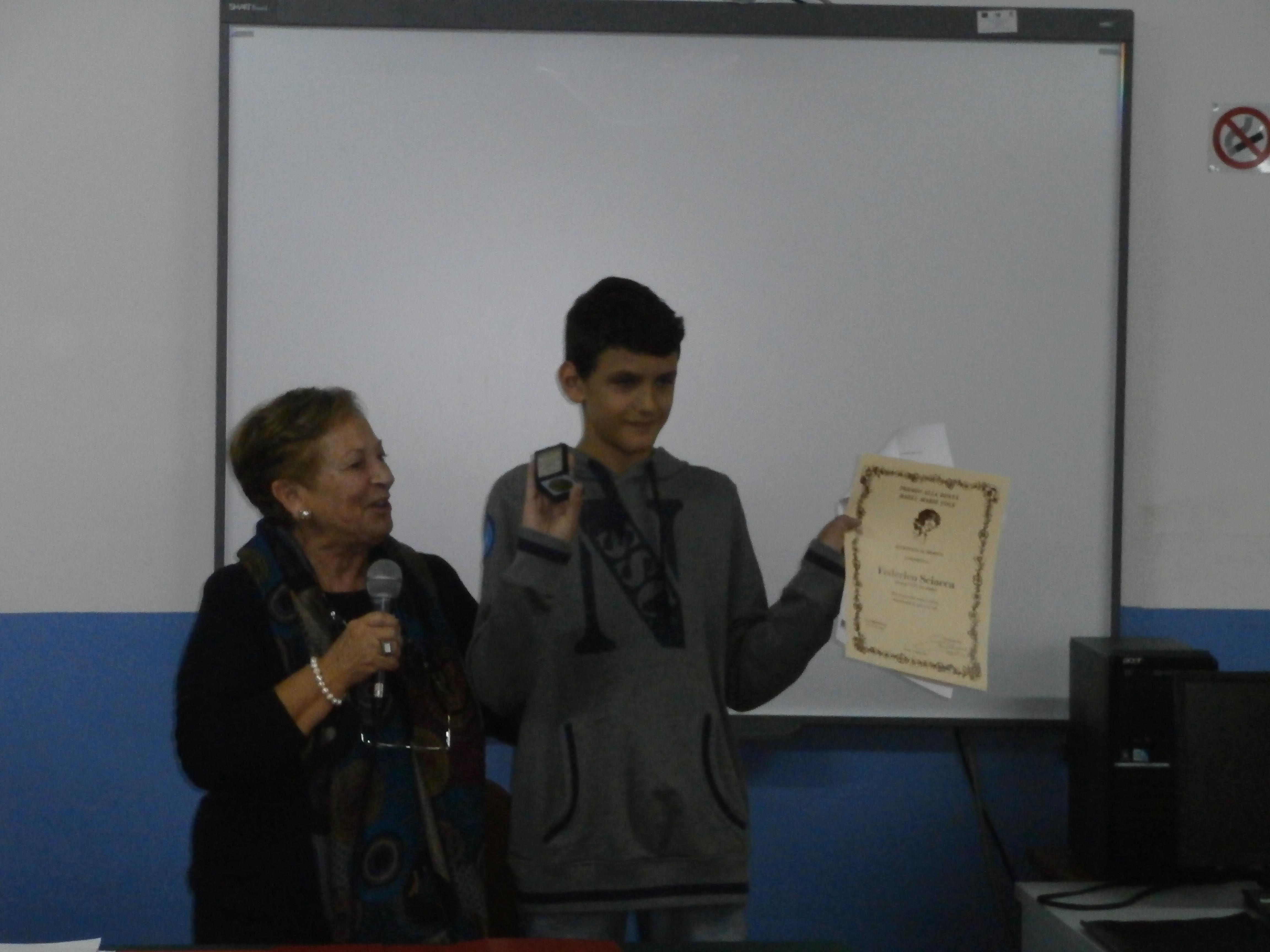 procediamo poi alla premiazione di Federico che sorride mentre i compagni applaudono.