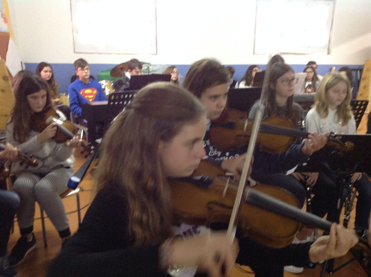 ecco un dettaglio di violini che accompagnano i brani eseguiti.