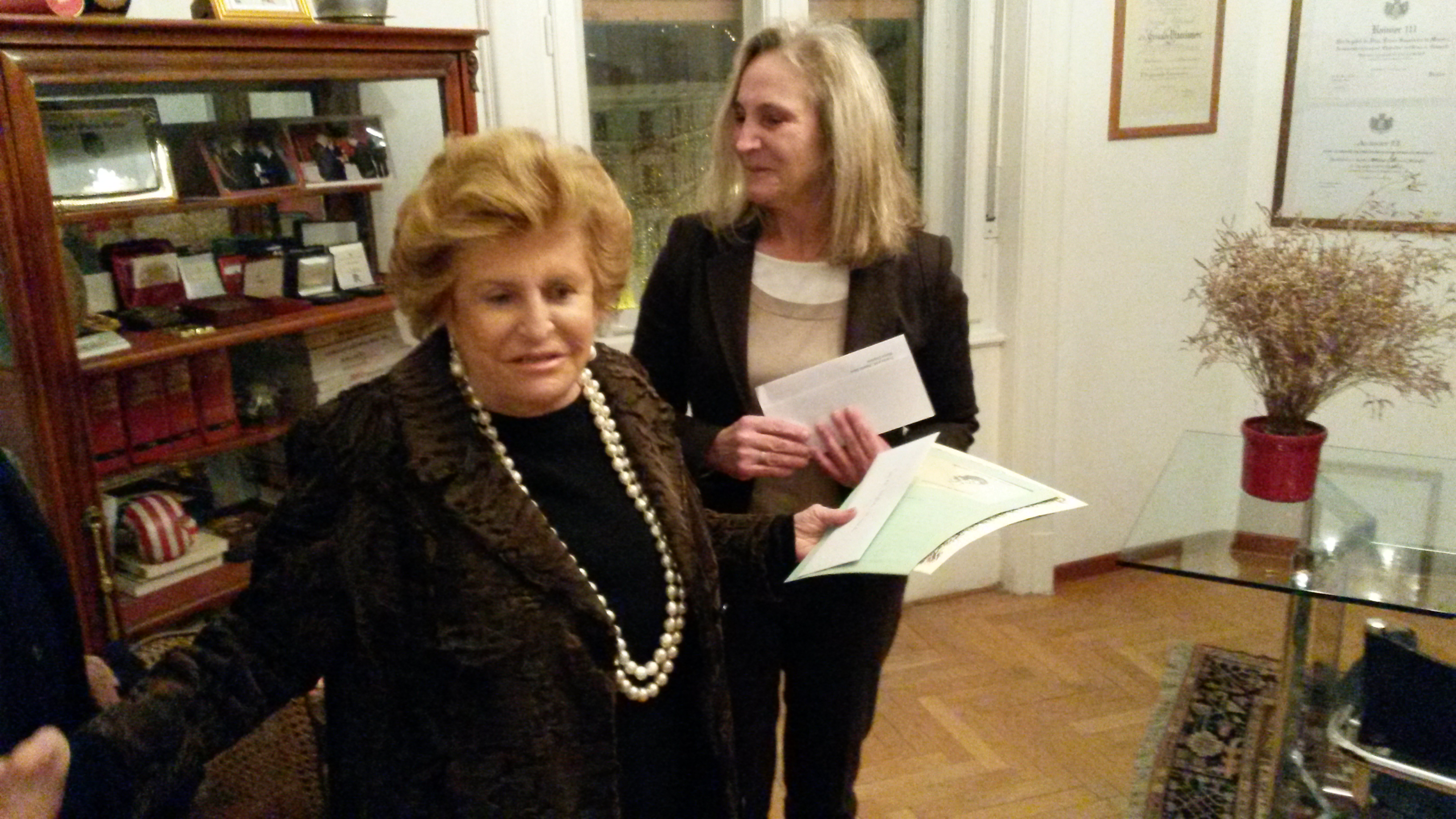 La sig.ra Martina Scuka ritira il premio di Mama Dolfine