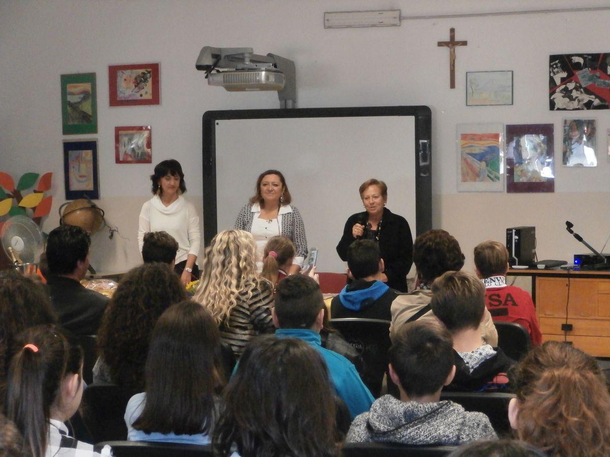 La Dirigente Di Gregorio, la Prof. Colantonio e la Prof. Pianciamore danno inizio alla Cerimonia di Premiazione