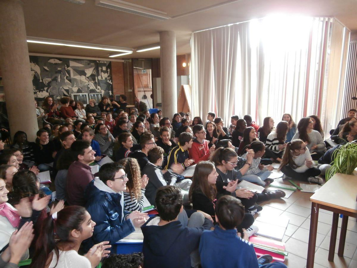 compagni e parenti ci accolgono festanti nell'aula magna per allietare la bella festa con canti e poesie.