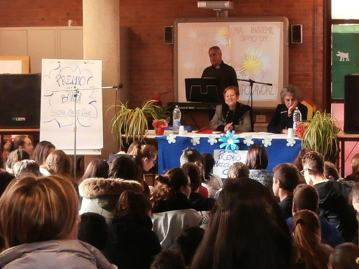 dopo l'accoglienza della Dirigente Scolastica Paola Lucarelli, la Prof. Pianciamore illustra il Premio alla Bontà.
