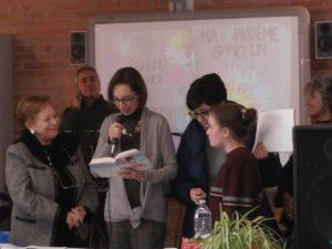 """è la volta della Prof Oriana Carella che legge alcuni brani di un libro dedicato a Marta e alla bella storia di una sua """"amicizia accogliente"""" con Sunita."""
