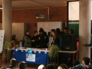 i compagni di classe circondano Marta testimoniandole il loro affetto.