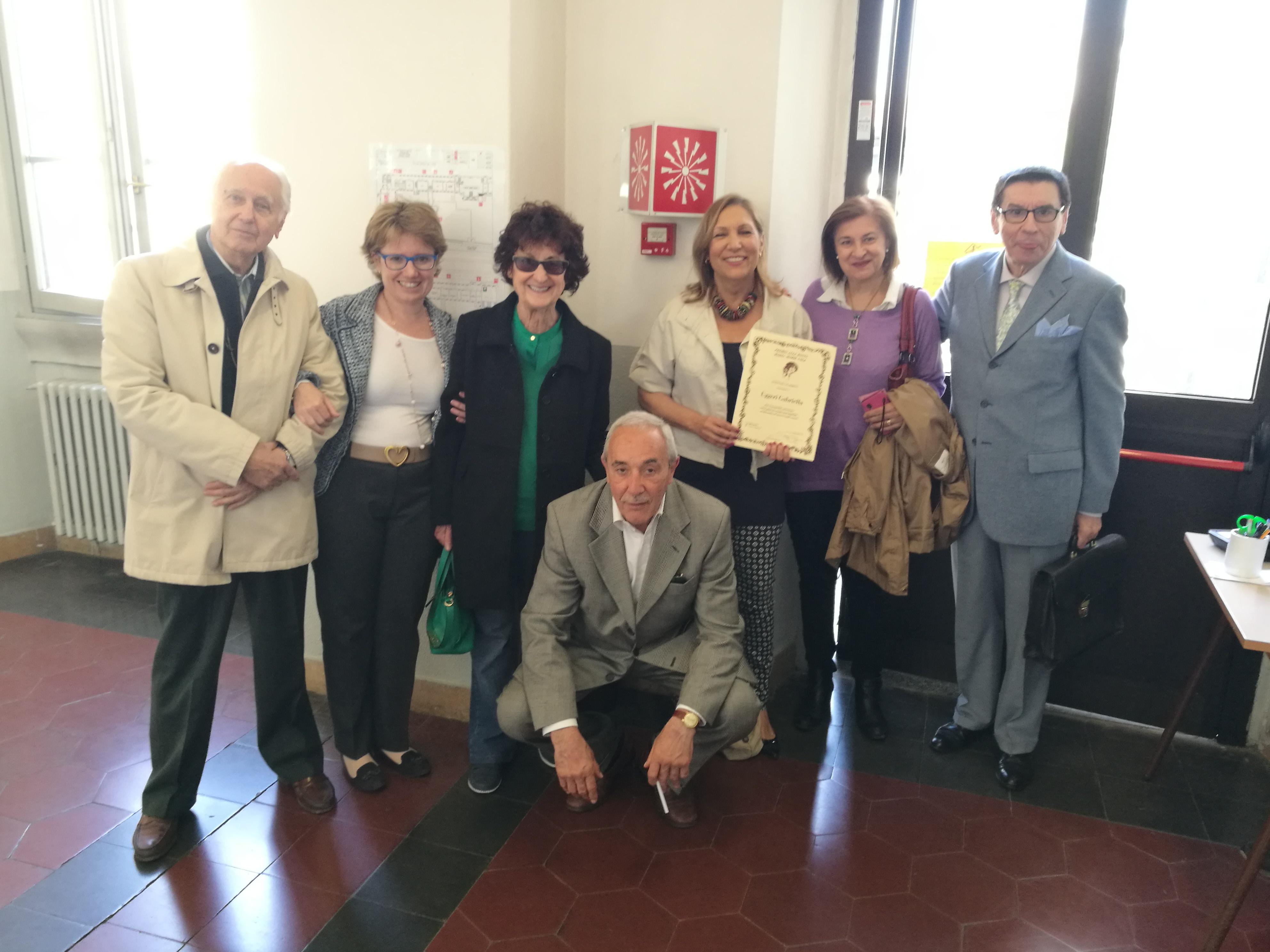 Una foto di gruppo con la Vice Presidente, la premiata Gabriella, la Consigliera Adriana Marini e altri presenti alla premiazione