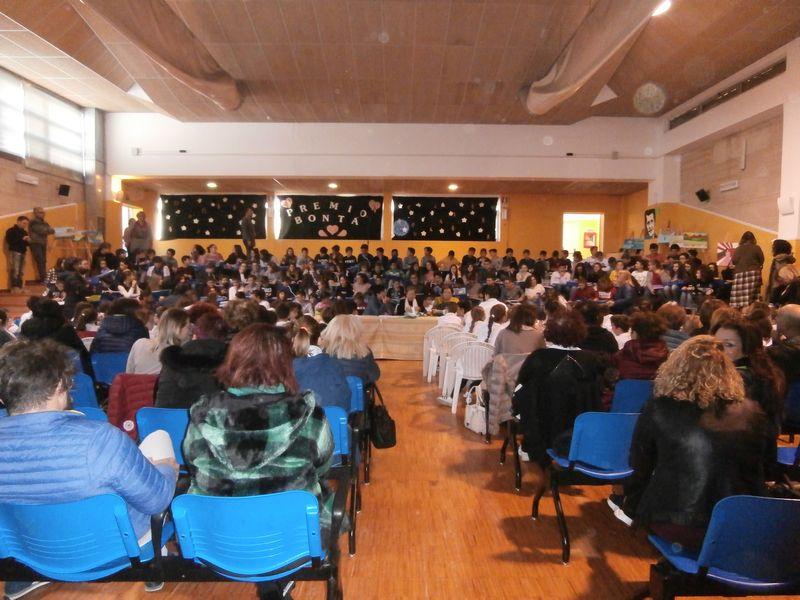 Siamo stati accolti al centro di un auditorium gremito di alunni, genitori e insegnanti calorosissimi