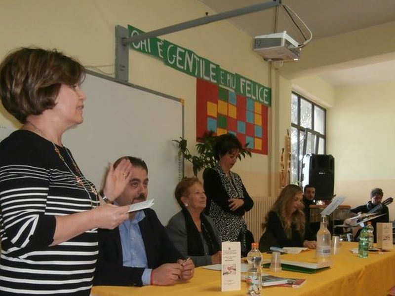 La Dirigente T. Lacriola e la prof. G. Grieco danno inizio alla cerimonia inserita nella Settimana della Gentilezza