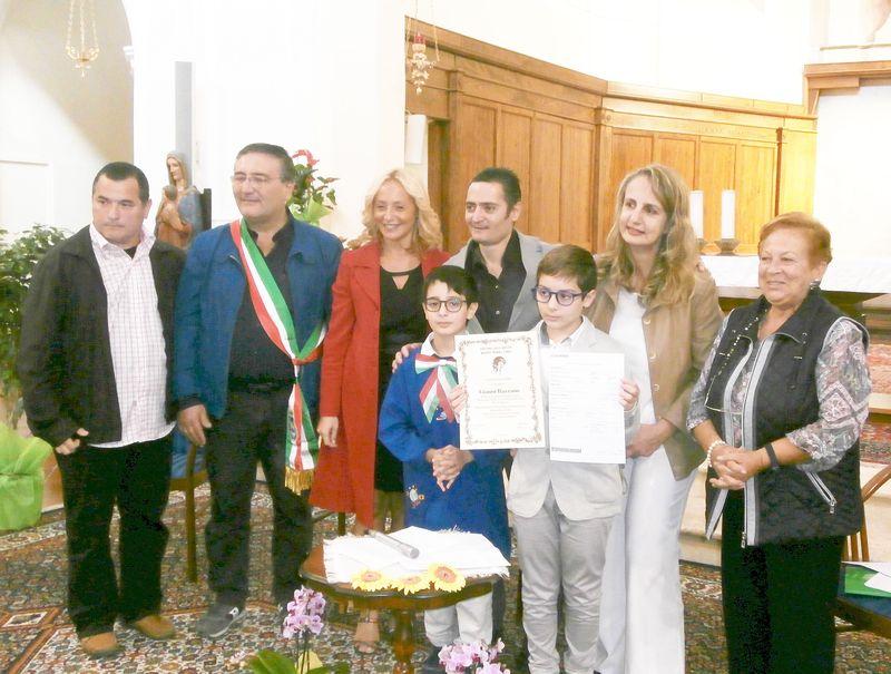 Un momento della premiazione:  intorno a Gianni anche  i genitori, il Sindaco Crisci e il Vicepresidente ENS De Filippo