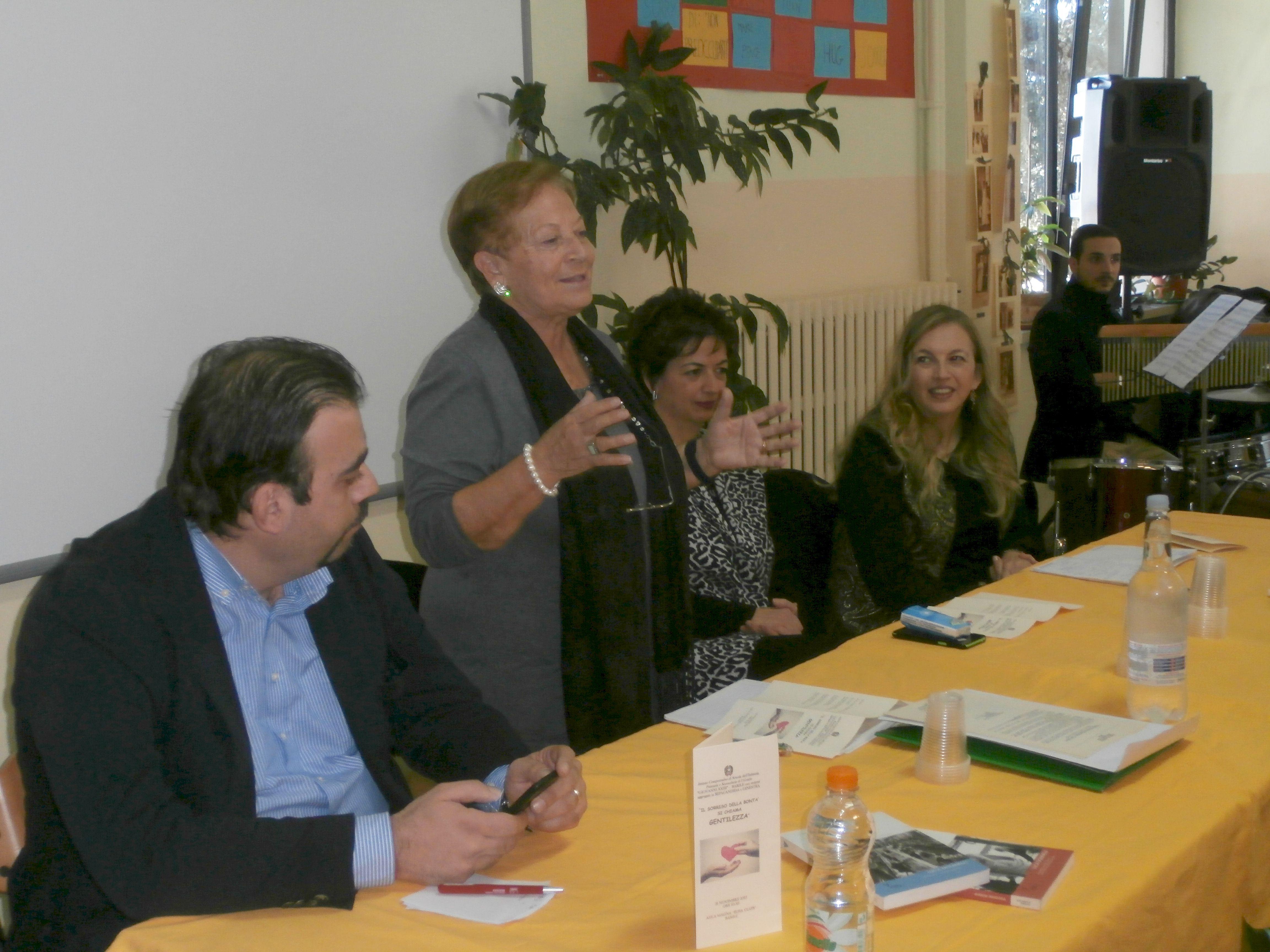 La prof. Pianciamore illustra le finalità del Premio alla presenza del Cons. Com. Di Tolve e della Dir. USP  D. Infante