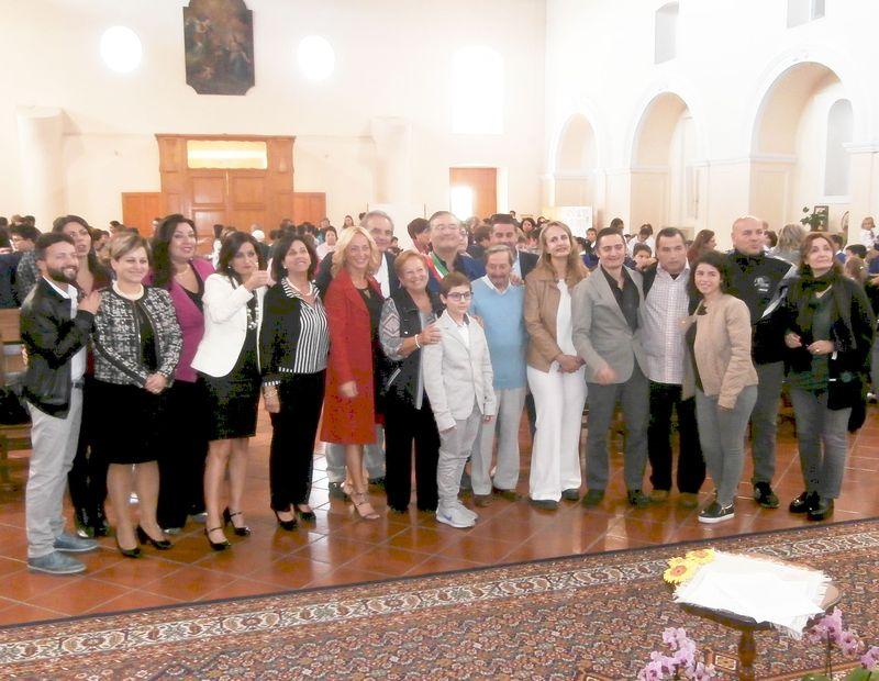 """Bella foto di gruppo che vede radunati anche tutti i docenti: coloro che con dedizione e """"amore"""" contribuiscono alla costruzione di un """"mondo migliore"""""""