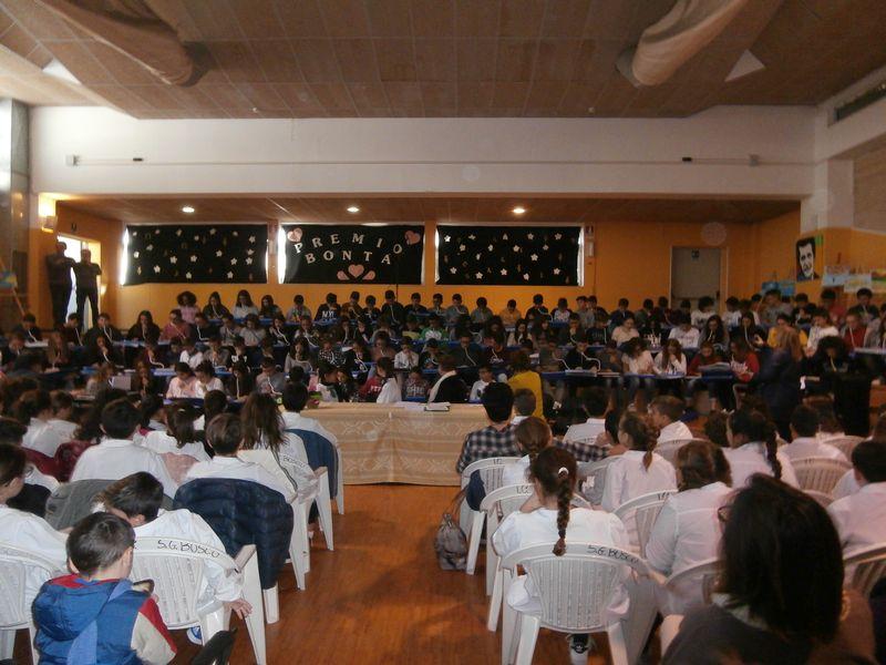 alle nostre spalle una virtuosa  e dolce esibizione dei ragazzi della Sezione Musicale (coro e strumenti)