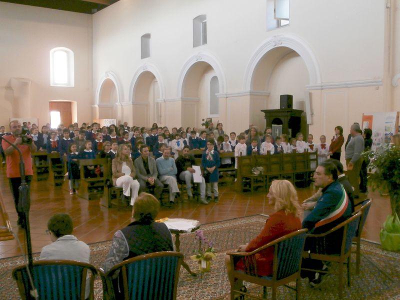 Alunni e parenti sono riuniti intorno a Gianni mostrando un'attenta e calorosa partecipazione