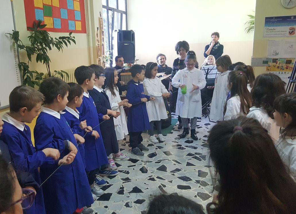 """I compagni di Davide recitano poesie e dialoghi, interpretando con canti il """"Filo della Gentilezza"""""""