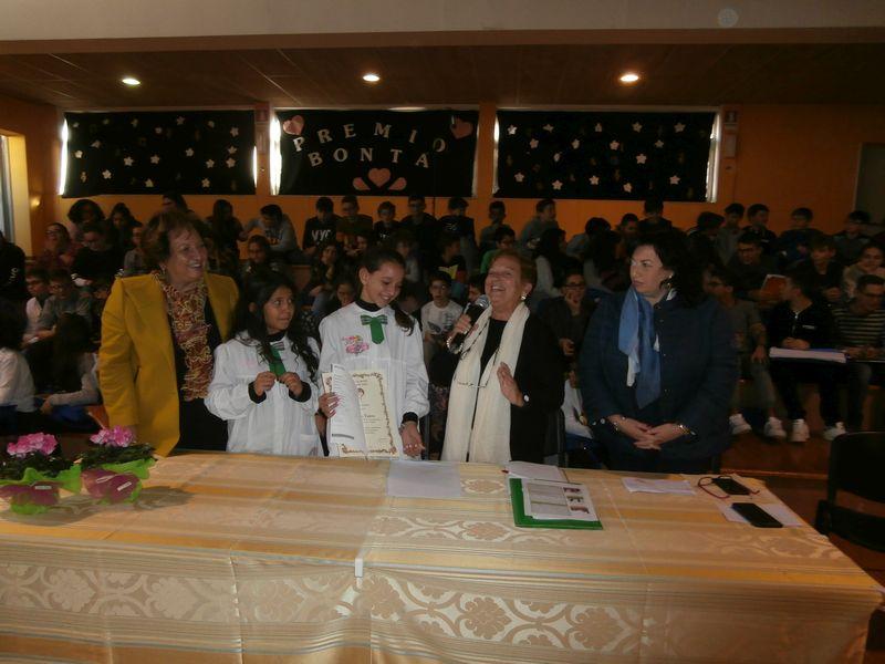 La prof. Pianciamore illustra gli scopi della Fondazione e consegna il premio a Debora alla presenza dell'Ass. alla PI