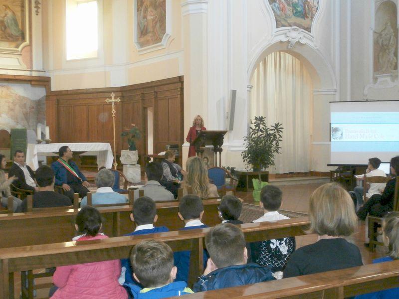 Il Parroco Don Michele ha messo a disposizione la bella Chiesa dell'Annunziata per la festa della premiazione. Accoglie tutti la Dirigente dott.ssa Di Maio