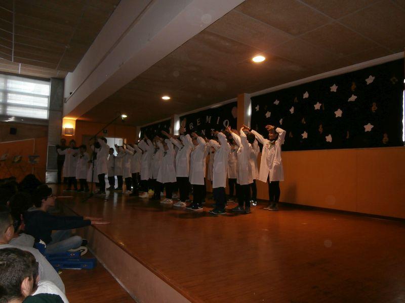 """I compagni di classe si esibiscono per celebrare l'importanza del """"Bene"""" quotidiano"""