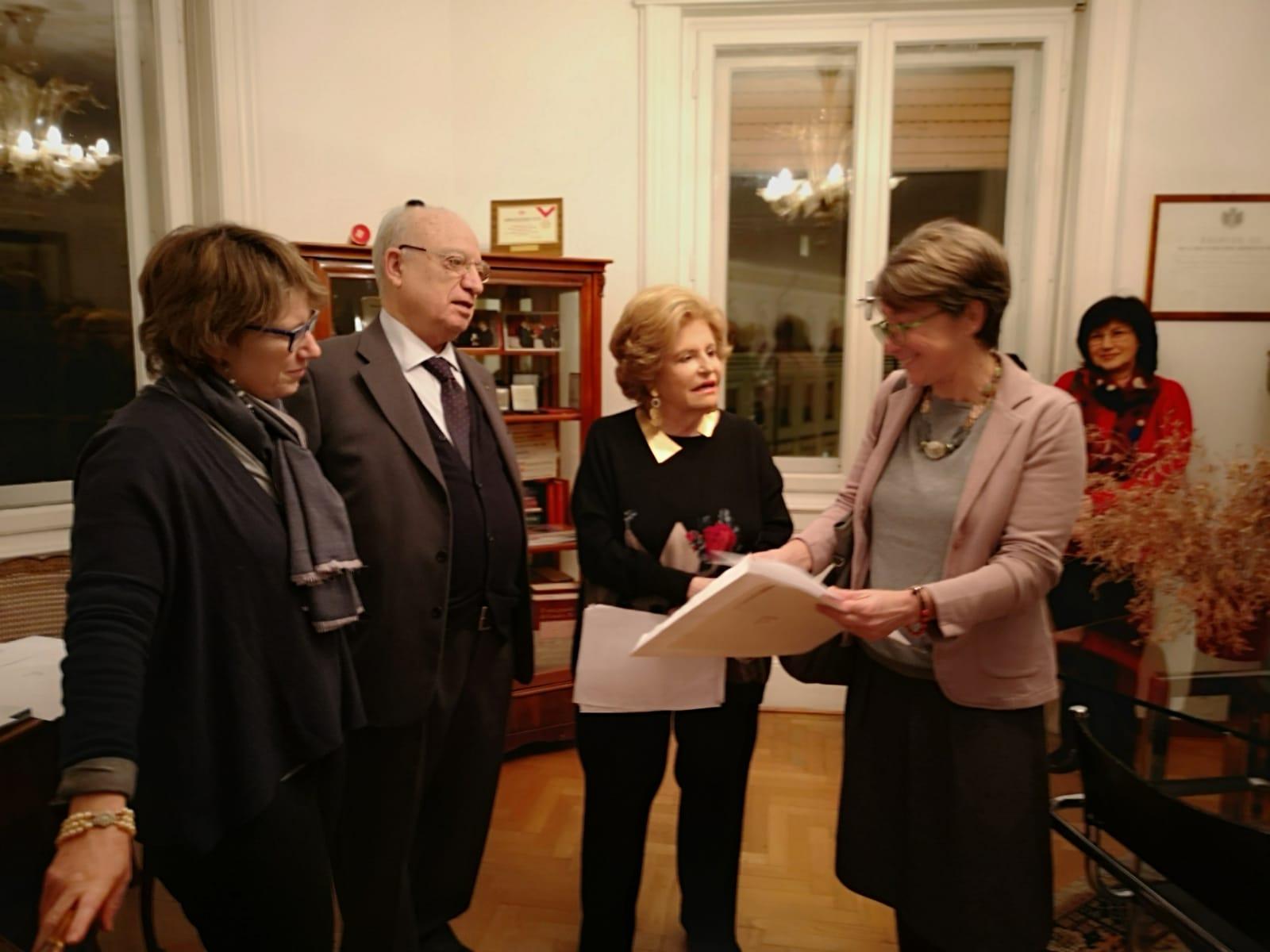 La signora Roberta Petrucco ritira il premio a favore del premiato Rajesh Shahi