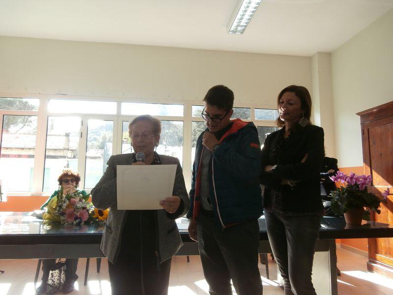 Con grande semplicità Stefano accoglie la lettura della motivazione del premio dalla Prof. Pianciamore