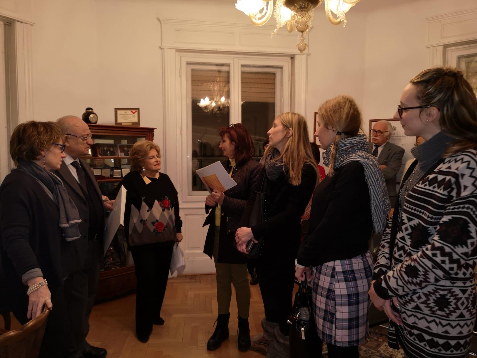La premiata Sonia Manente ringrazia la Presidente Etta Carignani