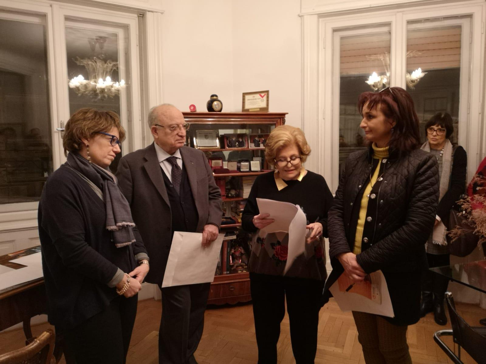 Una dei premiati Sonia Manente mentre ascolta il discorso della Presidente Etta Carignani