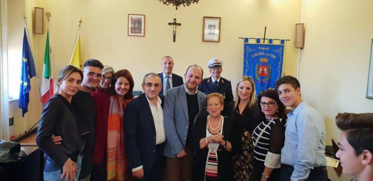 Calorosa accoglienza nella sala Consiliare presenti i Sindaci di San Gregorio e di San Giovanni la Punta, la Dirigente Scolastica, i docenti e gli alunni.