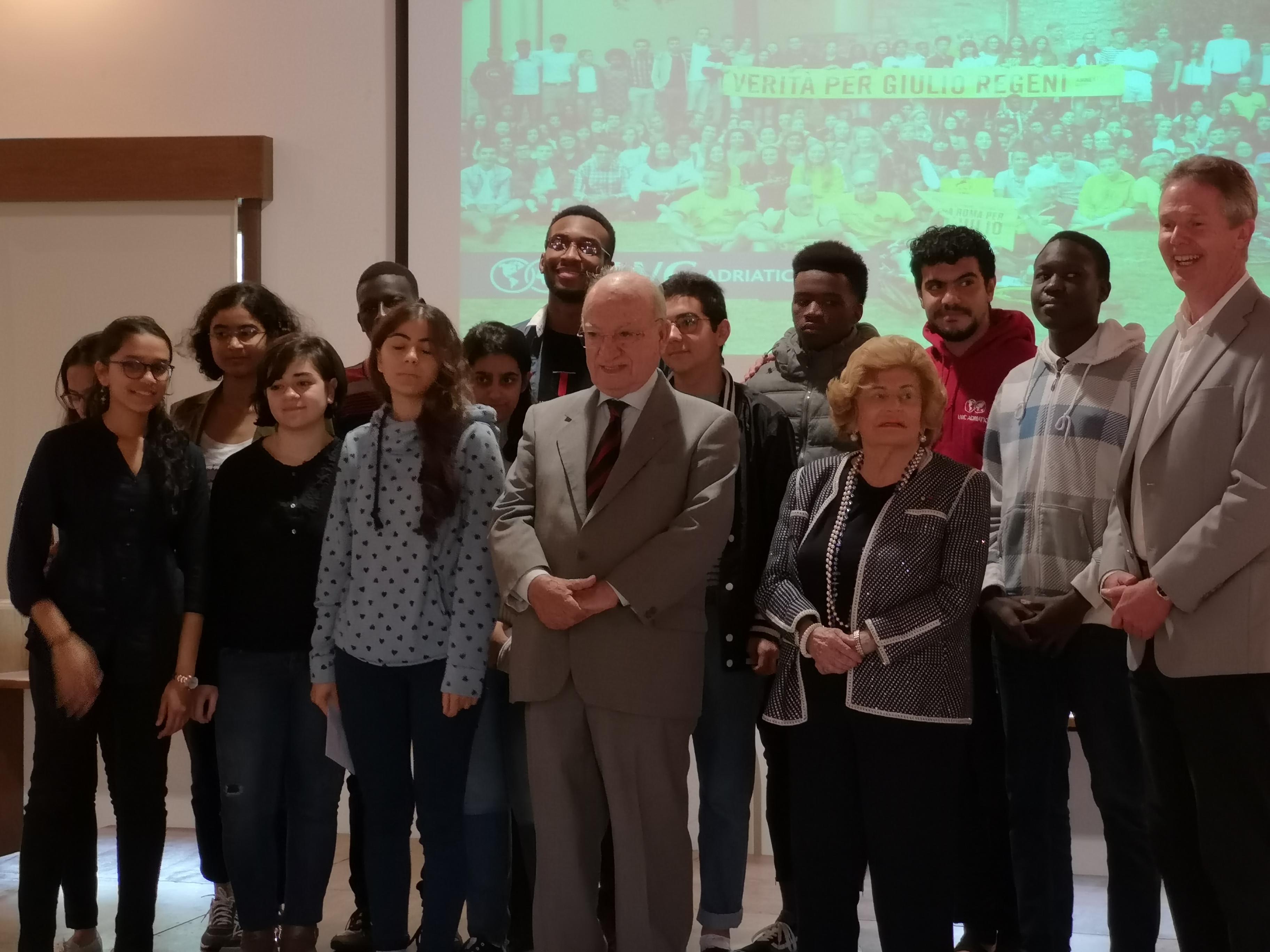 Gli studenti premiati con il Segretario dott.Pianciamore, la Presidente Etta Carignani, e il preside Mr Price
