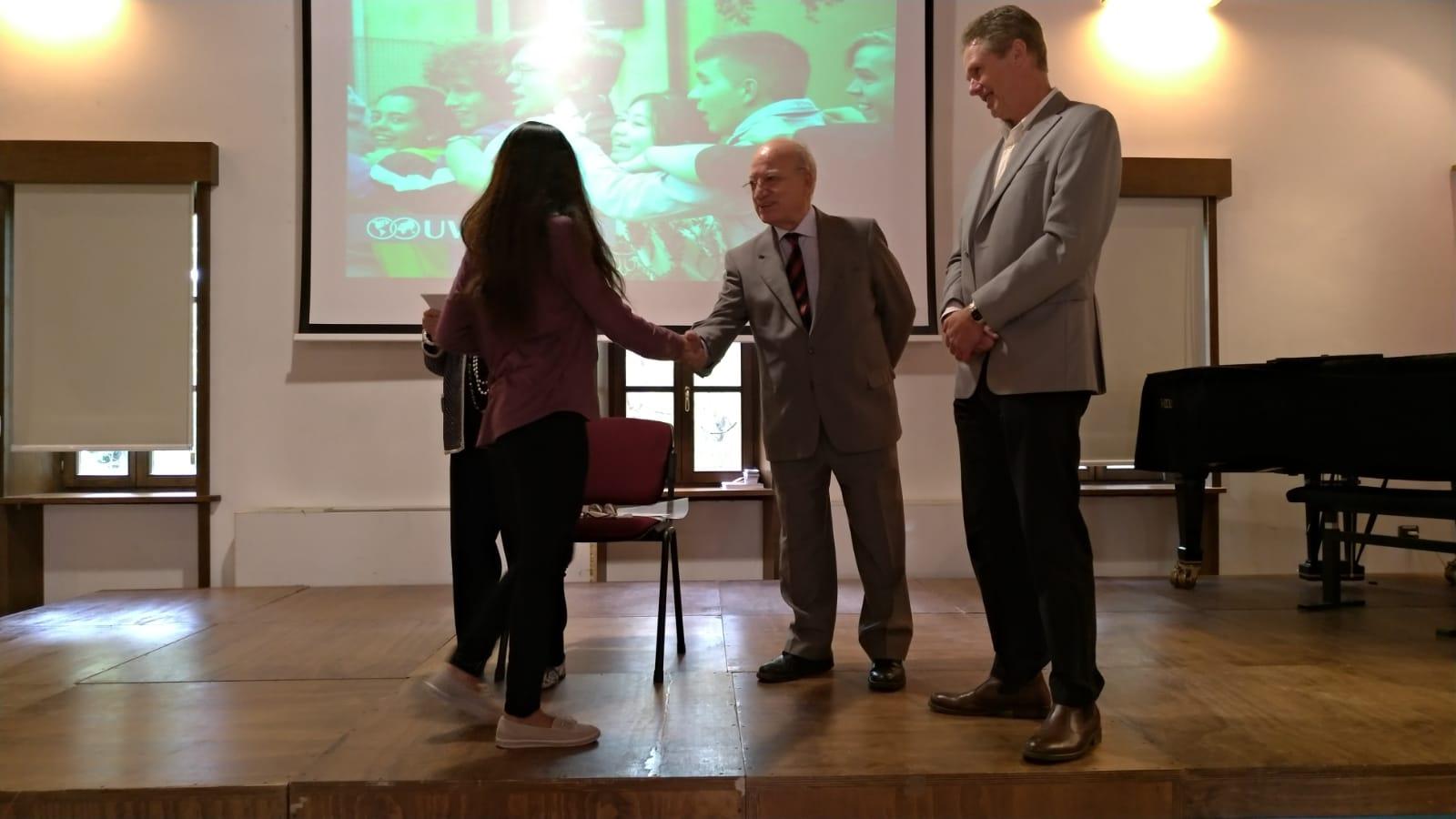 Dott. Pianciamore mentre premia una studentessa