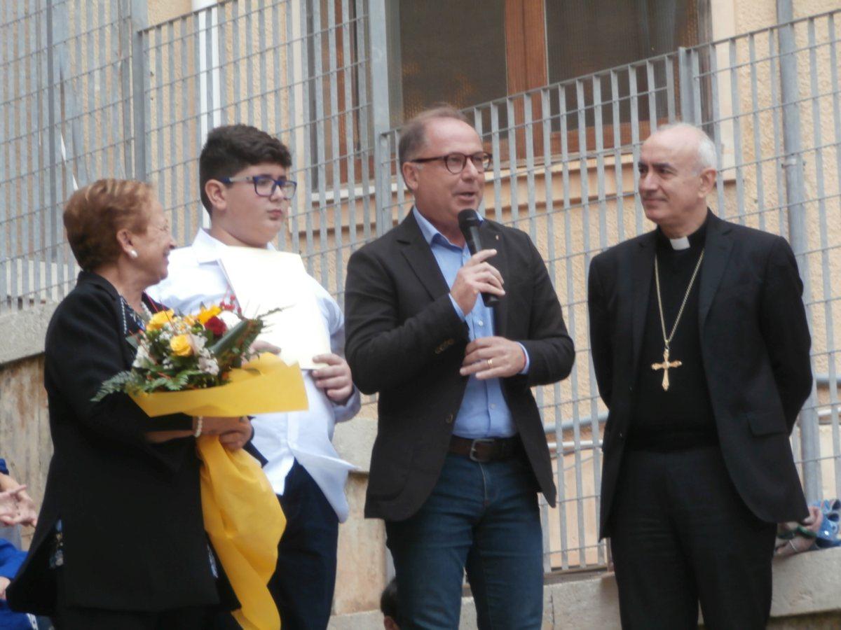 Il Sindaco e il Vescovo si complimentano con Giovanni e con la Scuola.