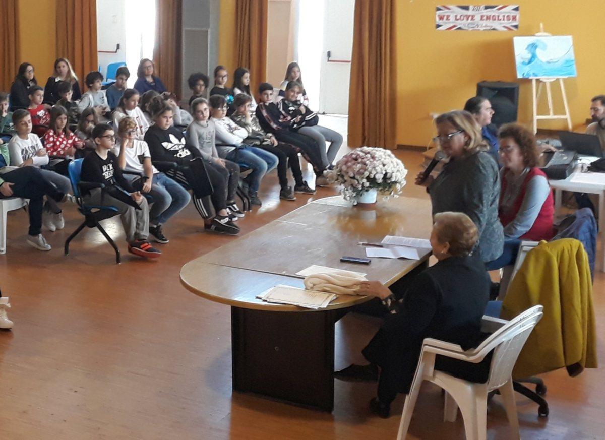 La Dirigente Beatrice De Donato, affettuosa e accogliente, presenta il premio ai ragazzi